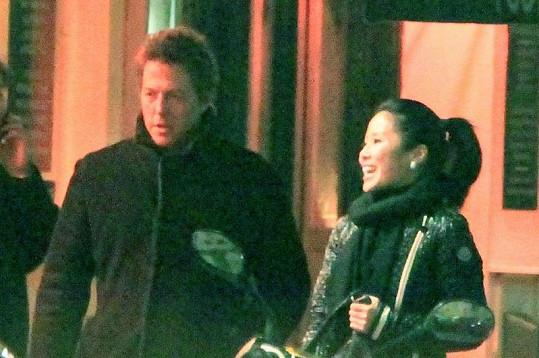 Hugh v době, kdy se scházel s čínskou herečkou Tinglan Hong, jež se stala matkou jeho dítěte.