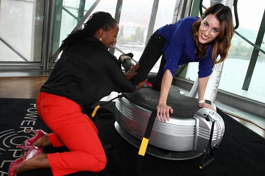 Lucka si vyzkoušela několik cviků pod dohledem energické britské trenérky Jenny Burrell.