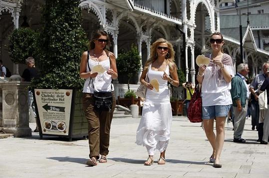 Po kolonádě se Ochotská procházela s kamarádkami.