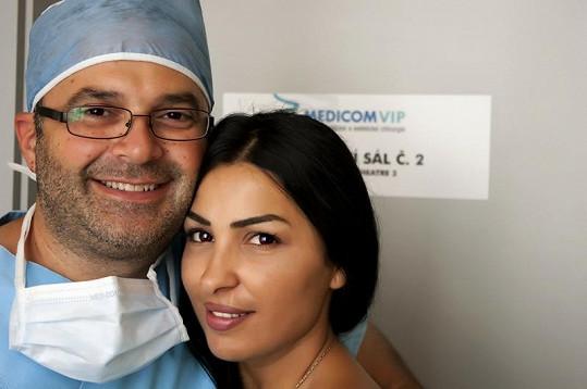 Zákroku přihlížela Anife Vyskočilová. Na snímku s lékařem Issamem Alawou.