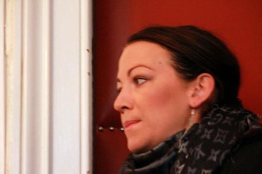 Hanychová s novináři nemluvila a schovávala se i před fotografy. Marně.