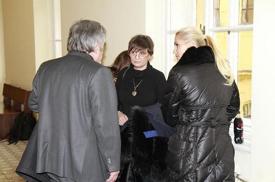 Dara se svou právničkou Ivetou Végsöovou.