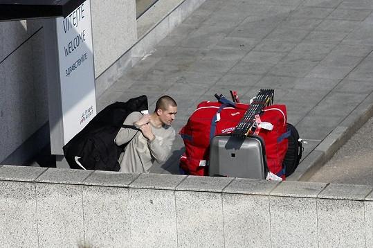 Tomáš Plekanec se snaží poradit si s kufry.