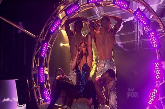 Jennifer během vystoupení v soutěži American Idol.