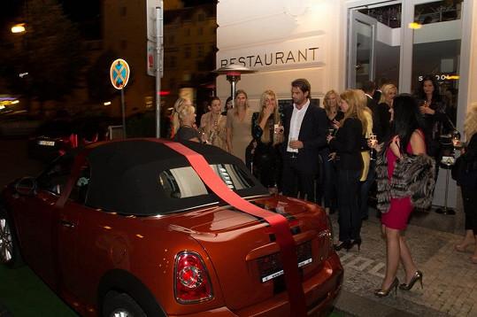 Vůz obdivovali hosté narozeninové oslavy.
