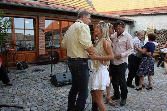 Petr Bendl s přítelkyní při tanci.