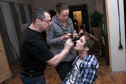 Petr v péči maskérů.
