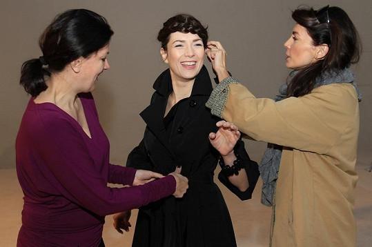 Návrhářka Tatiana Kovaříková (vlevo) a vizážistka Lucia Gibodová připravují Terezu na focení.