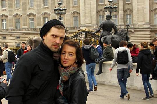 Honza a Dominika u Buckinghamského paláce.