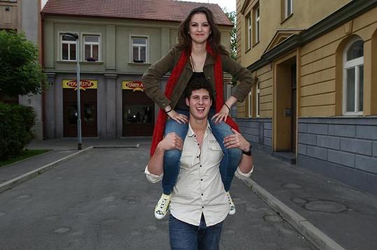 Anna a Miloš v Ulici.
