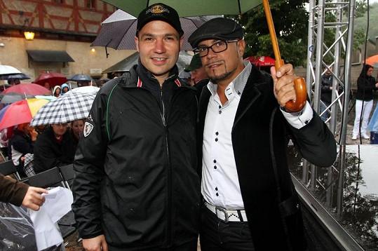 Janis Sidovský a designér Osmany Laffita se před deštěm schovávali pod jedním deštníkem.
