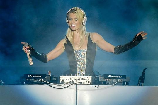 Paris vystoupila jako DJka.