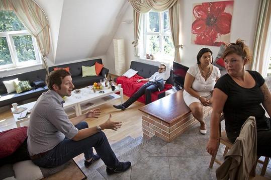 Soutěžící si užívají pohodlí luxusní vily.