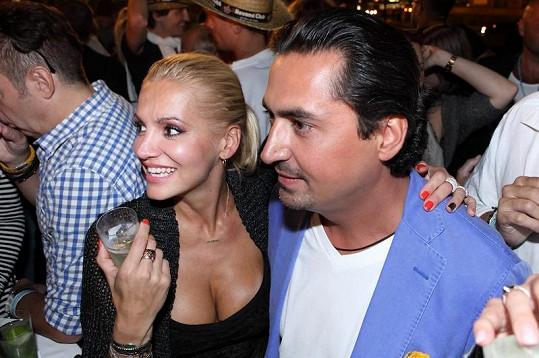 Dara s majitelem kubánského baru.