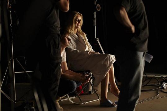Gábina o přestávce během natáčení.
