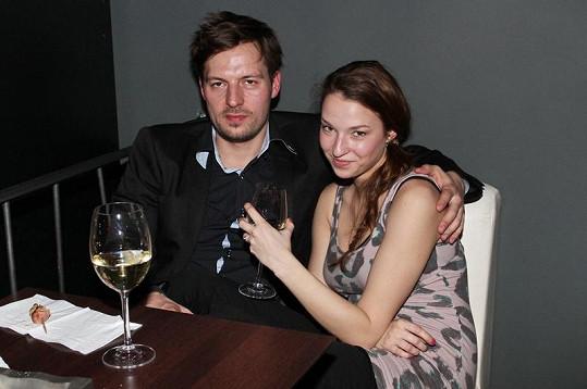 Berenika s exmanželem, který už není sám.