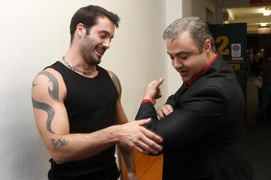 Martin Zounar si poměřoval svaly se zpěvákem Vaškem Noidem Bártou v zákulisí natáčení pořadu To byl náš hit.