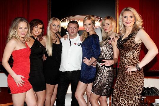 Martina Hřebíková, Bára Hlaváčková, Lucie Špaková, Tereza Jemelíková, Adéla Jandová a Lenka Špillarová s majitelem baru, kde se točilo.