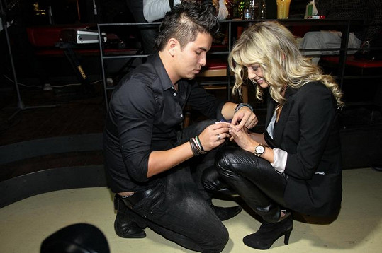 Marcus Martině nasazuje zásnubní prstýnek.