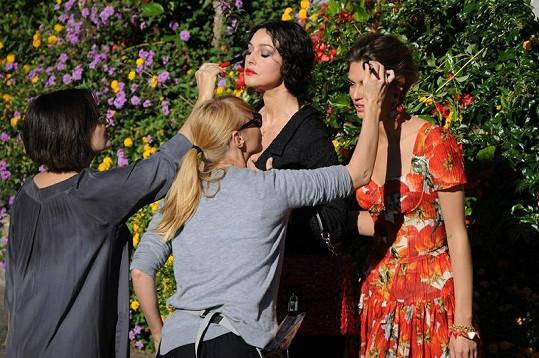 Maskérky pracovaly v průběhu focení na make-upu obou krásek.
