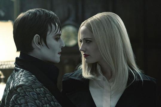 Johnny Depp a Eva Greenová ve filmu Temné stíny.