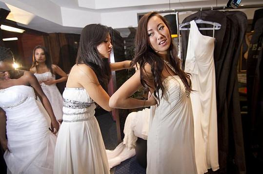 Mezi dívkami (na snímku Tran Thi Linh z Vietnamu a Togi Burmaa z Mongolska) zatím nepanuje rivalita.
