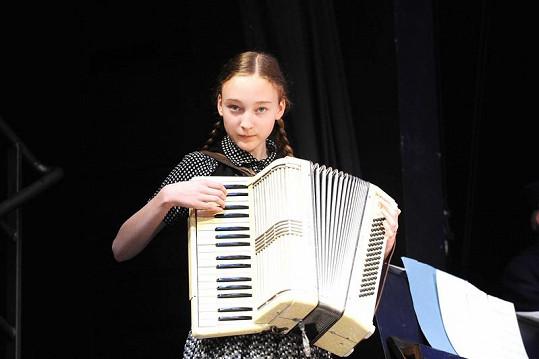Rozárka Havelková hraje na harmoniku