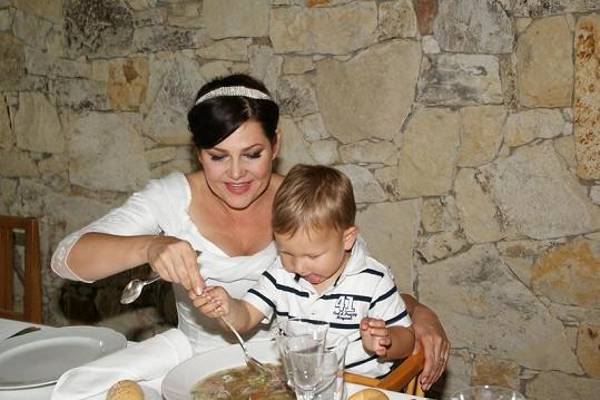 Ilona knedlíčkovou polévkou nakrmila také syna Daniela.