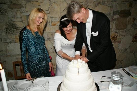 Ivana Gottová přihlíží rozkrajovaní svatebního dortu.