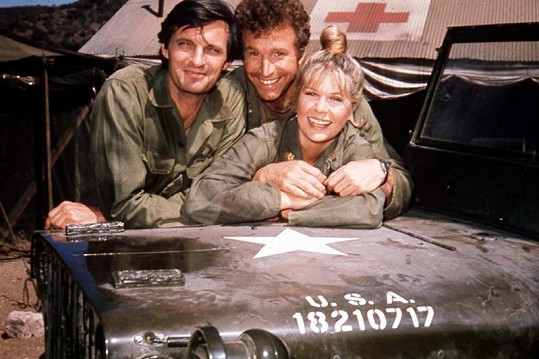 Alan Alda, Wayne Rogers a Loretta Swit.