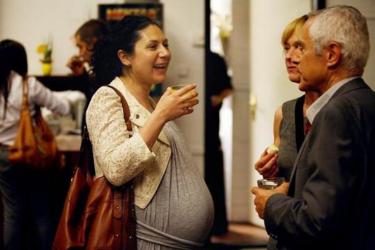 Takhle vypadala Martha Issová minulý týden na premiéře hry Sebevrah.