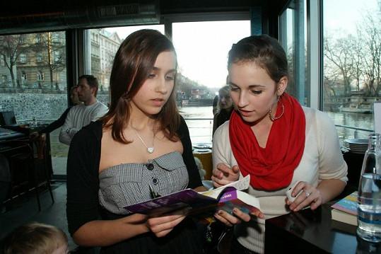 Tereza a Sylvie Pilipovy si nechaly knihu podepsat od přítomných herců.