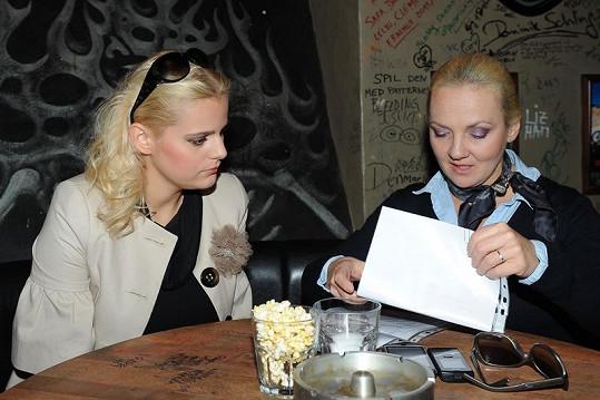 Ornella Štiková a Kateřina Hamrová podepsaly smlouvu.