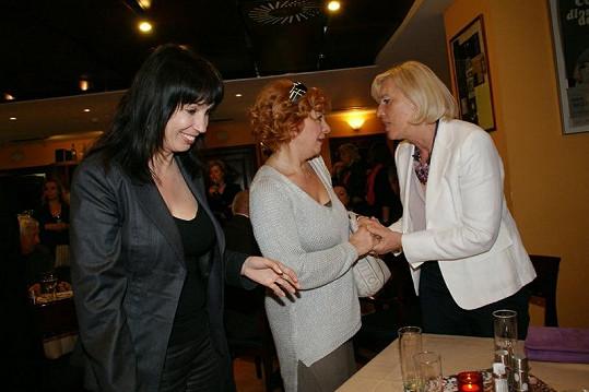 Do divadla přišly Kamilu Magálovou pozdravit Nela Boudová a Marie Poledňáková.