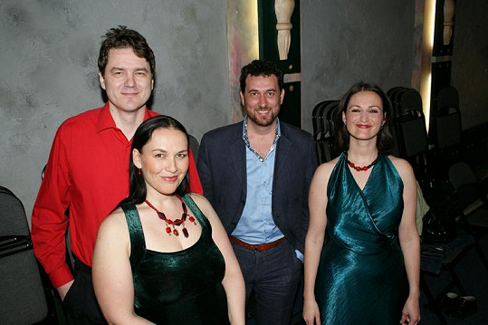 Jana Rychterová, Gábina Pešinová a houslista Vladimír Iljič Pecháček z uskupení Two Voices Trio se vyfotili s Domenicem.