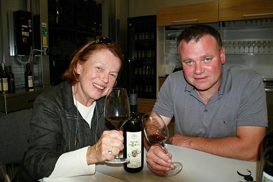Ve vinařství Františka Mádla Iva ochutnala limitovanou edici vína, která vznikla na počest devadesátin Dany Zátopkové.