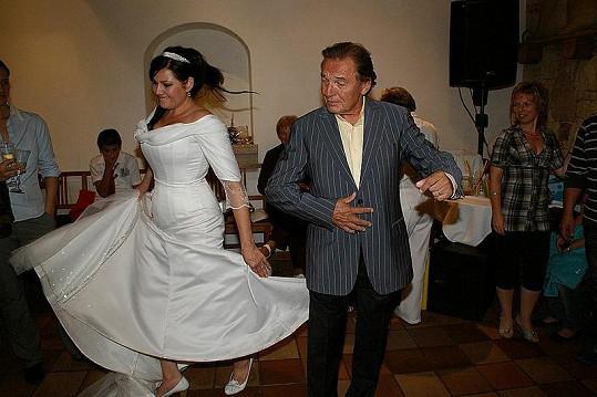 Temperamentní tanec Karla Gotta a Ilony Csákové.