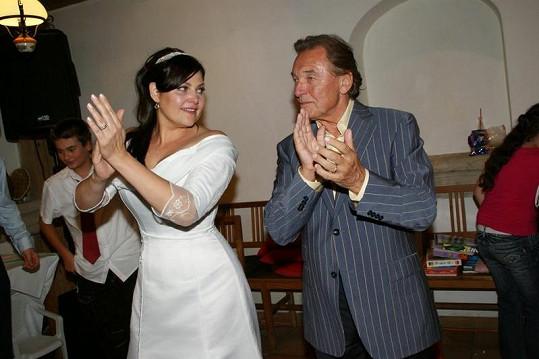 Karel Gott na parketě s Ilonou Csákovou.