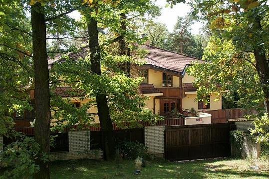 Vila je obklopena obrovskou zahradou.