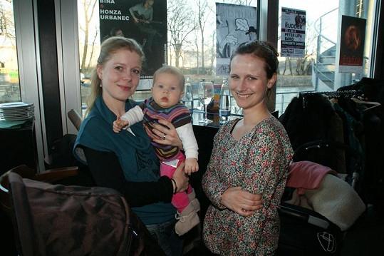 Monika Zoubková ukázala sedmiměsíční dcerku Stellu a se svou kolegyní Kristýnou Fuitovou Novákovou si vyměňovaly mateřské zkušenosti.