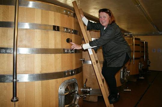 Iva nejen ochutnávala. I o technologii výroby vína jevila zájem.