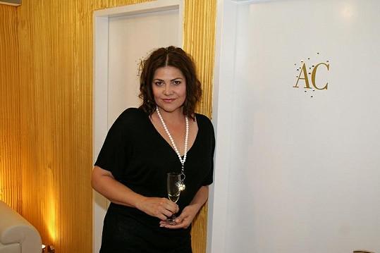Zpěvačka Ilona Csáková dorazila s malým zpožděním.