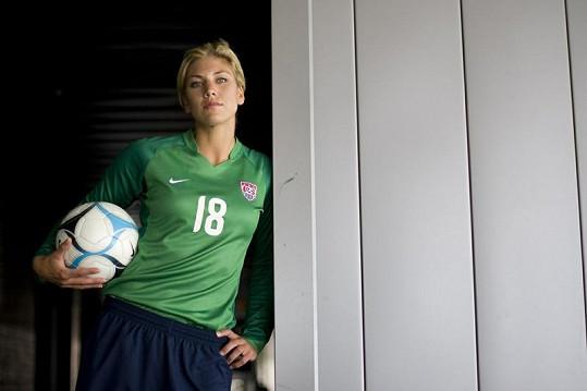 Krásná Hope Solo je brankářkou americké fotbalové reprezentace.