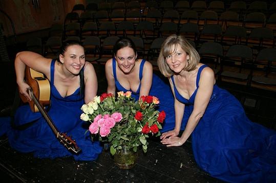 S Gábinou Pešinovou v Two Voices Triu alternuje Dája Šimíčková (vpravo). Pokud je vám povědomá, vězte, že ji znáte z formace Sestry Havelkovy.