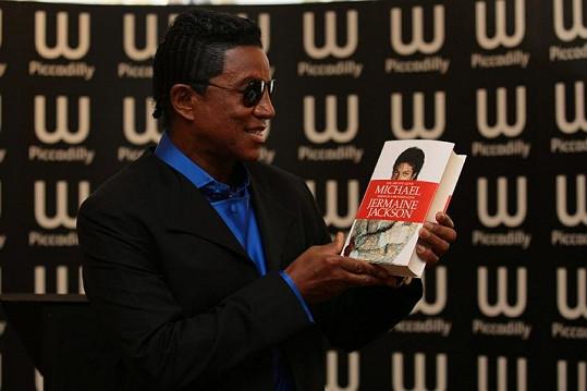 Jermaine Jackson s knihou, kterou o bratrovi napsal.