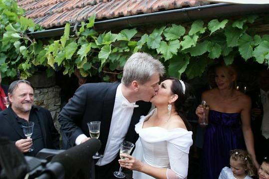 Nefalšovaný novomanželský polibek.