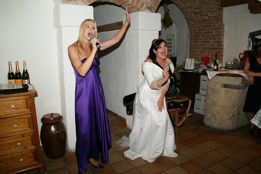 Na Ilonině svatbě v roce 2011 si spolu střihly duet z Kleopatry. Takhle to vypadá, když dámy vládnou.