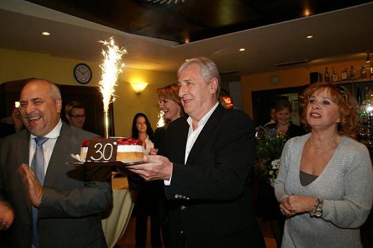 Od Karla Heřmánka dostal Ladislav Chudík dort. Kamila Magálová si střihla Happy Birthday.