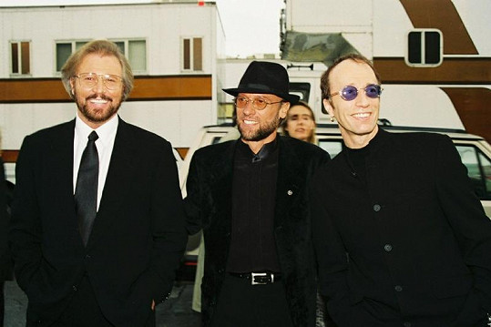 Bratři Gibbovi alias Bee Gees: Barry, Maurice a Robin (zleva) v roce 1997.