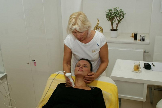 Jana Adamcová si užívala omlazující masáž.